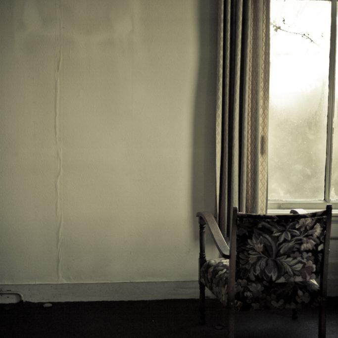 s Gravenweg 421 gaat over een oud huis in Rotterdam. Ooit bewoond door 4 families tegelijkertijd. Iedereen vertrok, behalve Tante Lien. Tante Lien werd ouder en kon het huis niet meer onderhouden. Langzaam werd het overgenomen door vuil, schimmels en spinnen.  Tante Lien is overleden. Het huis staat leeg.